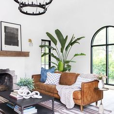 Modern Spanish Revival Home Tour. This home is a lesson in fusing traditional Spanish revival details with modern elements. (Image courtesy of Studio Life/Style) Spanish Revival Home, Spanish Style Homes, Spanish House, Spanish Colonial, Spanish Design, Modern Spanish Decor, Spanish Interior, Interior Design Minimalist, Modern Design