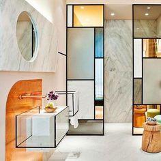 """633 Me gusta, 14 comentarios - Nuevo Estilo (@nuevoestilo_revista) en Instagram: """"En este baño proyectado por Pepe Leal, la piedra portuguesa se conjuga con otros materiales, como…"""""""