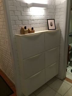 IKEA trones hack for entrance. Note the room under to slide loose shoes or for a lighter visual. Ikea Interior, Bathroom Interior, Trones Ikea Hack, Hallway Decorating, Interior Decorating, Ikea Shoe, Small Space Interior Design, Home Staging, Home Organization