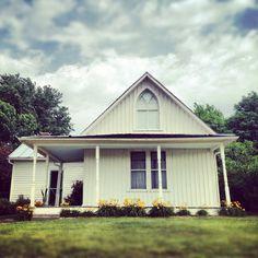 The American Gothic House in Eldon, Iowa American Gothic Painting, American Gothic House, Grant Wood Paintings, Grant House, Historic Houses, House Exteriors, Travelogue, Heartland, Travel