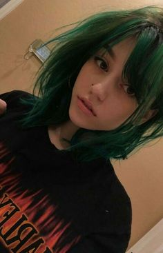 Not even kidding, I look a lot like this girl, green hair, beauty mark and all Hair Inspo, Hair Inspiration, Character Inspiration, Trendy Hairstyles, Pretty Face, Pretty People, Hair Goals, Your Hair, Curly Hair Styles