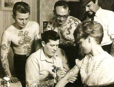 Amazing historical tattoo photos from bags & # Anniversary edition of & # 1000 tattoos & # – girl power tattoo First Tattoo, Get A Tattoo, Tattoo Shop, Tattoo Ink, Luna Tattoo, Tattoo Small, Tattoo Flash, Tattoo Old School, Retro Tattoos