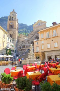 AMALFI COAST is undoubtedly one of the most impressive landscapes to visit in Italy. The Amalfi Coast offers idyllic views over the sea. Photos and report.