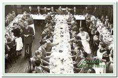 204142: 15 mei 1955, Vitesse '22 gaat eten. Ter herinnering aan de oprichting werd er elk jaar een gezamenlijk ontbijt gevierd, vooraf gegaan door een H. Mis. De eerste jaren in Hotel Borst, waar tijdens het ontbijt de kampioenen werden gehuldigd, en diverse leden tot lid van verdienste werden benoemd.  Man in pak met pochet is Paul Lute de melkboer.  Derde van links aan de bestuurstafel Joop Hommes.  Henk Hommes aan het einde recht tegenover de tweede man van rechts aan de bestuurstafel.