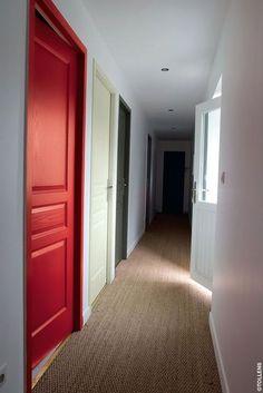 Distinguer les pièces et égayer le couloir. A tester également : peindre toutes les portes de la même couleur et dessiner la fonction des pièces dessus