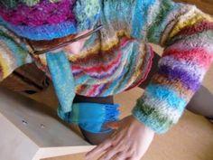 Kniebeuge mit dem Pullover aus Noro Taiyo Sport 06 und der Mütze aus Noro Silk Garden Sock 87