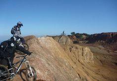 """Le acrobazie di Elba Gravity Park nel paesaggio """"lunare"""" della valle del Giove"""