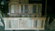 Storage Chest From Discarded Pallet Planks Pallet Boxes & Chests Free Wood Pallets, 1001 Pallets, Recycled Pallets, Wooden Pallets, Pallet Chest, Pallet Boxes, Pallet Crates, Pallet Organization Ideas, Pallet Storage