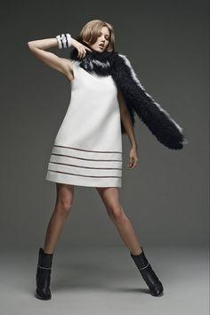 Дом моды Fendi представил свою новую межсезонную коллекцию, в которой главную роль Silvia Venturini Fendi и Karl Lagerfeld отвели полоскам. Черно-белые, похожие на клавиши рояля, рождающие ассоциации с полотнами русских