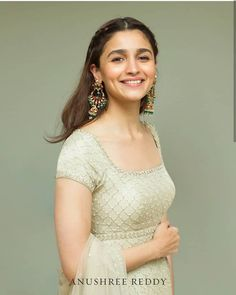 Stunning Aliaa Bhatt looks adorable in Anushree Reddy ivory classic kurta for a friend s wedding! Indian Celebrities, Bollywood Celebrities, Bollywood Fashion, Bollywood Jewelry, Bollywood Stars, Bollywood Actress, Alia Bhatt Hairstyles, Bollywood Hairstyles, Dress Indian Style