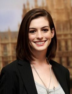 How to get Anne Hathaway Hairstyle and also see the pictures of Anne Hathaway Hair style . This page is has photos of Anne Hathaway hairsty. Oval Face Hairstyles, Medium Bob Hairstyles, Straight Hairstyles, Cool Hairstyles, Casual Hairstyles, Short Haircuts, Layered Hairstyles, Haircuts For Small Faces, Pinterest Hairstyles