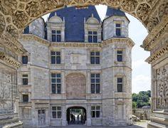 Bâti sur l'emplacement d'un château médieval, le château de Gaillon est le premier château de style Renaissance en France, suivi du château de Blois.   Construit sur un éperon rocheux, il surplombe la ville de Gaillon et la vallée de la Seine.  Transformé en centre pénitencier puis en caserne, le château de Gaillon devient proprièté de l'Etat français en 1975. Depuis cette date, le château de Gaillon se voit retrouver peu à peu sa splendeur d'antan.