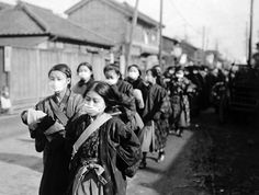 40 Historical Photos of the 1918 Spanish Flu That Show What a Global Pandemic Looked Like in the ~ vintage everyday Old Photos, Vintage Photos, Flu Epidemic, Flu Outbreak, Flu Mask, Japanese School, Influenza, Library Of Congress, People Around The World