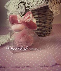 Scatola Tortina in pvc con 1 Soap Macaron e Fiocco Confetti   Colori personalizzabili  Dimensioni 5,5x5,5x5 cm