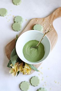 DIY Matcha Bath Melts for a Soothing Winter Soak These luxurious DIY matcha bath melts are made with skin soothing oils, so they're the perfect remedy for dry winter skin. Organic Skin Care, Natural Skin Care, Natural Beauty, Organic Makeup, Matcha, Diy Cosmetic, Homemade Scrub, Bath Melts, Bath Soap