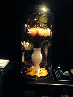 Stolp met oranje rozen