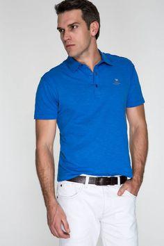 Polo azul cobalto, bermuda branca de sarja e cinto de couro café. Produção esporte, ótima para os finais de semana.