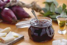 La marmellata di cipolle di Tropea è un tipo di conserva dallo spiccato gusto agrodolce che si prepara utilizzando le tipiche cipolle di Tropea.