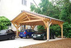 Das Spitzdach lässt ihren neuen Carport wie ein separates Gebäude erscheinen.