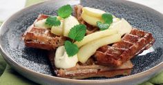 Roy Fares belgiska våfflor görs på havremjöl och havremjölk samt smaksätts med kardemumma. Farligt goda serverade med äppelkompott och citrondoftande smetana.