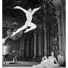 Un jour en #France . #1956. Les deux danseurs étoiles Georges Skibine et Marjorie Tallchief son épouse à l' @OperadeParis sous les yeux émerveillés de leurs jumeaux Alexandre et George. Photo : Jack Garofalo / Paris Match Plus de #photos d'#archives sur notre compte @parismatch_vintage by parismatch_magazine