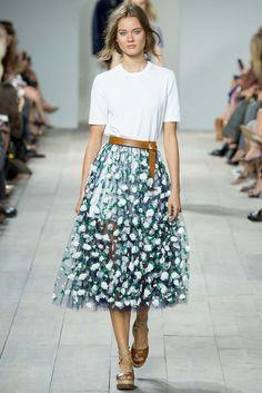 Transparencias y flores bordadas, combina una falda de este estilo con una parte de arriba minimal