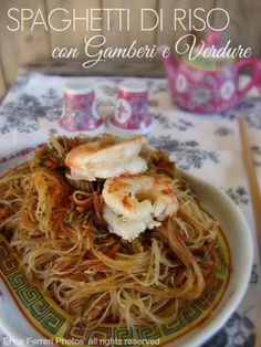 Rice noodles with shrimps and vegetables such as Chinese restaurant - Spaghetti di riso con gamberi e verdure come al ristorante cinese Sushi Recipes, Asian Recipes, Ethnic Recipes, Finger Food Appetizers, Appetizer Recipes, Korean Food, Chinese Food, Shrimp And Vegetables, Oriental