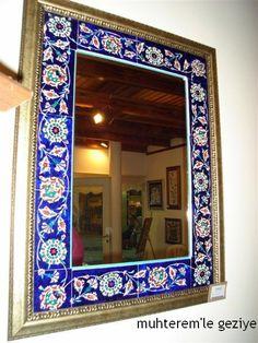 """İsmek Feshane 2009 Sergisine, Küçük Bedesten'de sergilenen, Türk İslam Sanatları branşına ait """"Çini"""" ile devam ediyoruz. Çini branşı hakkı..."""