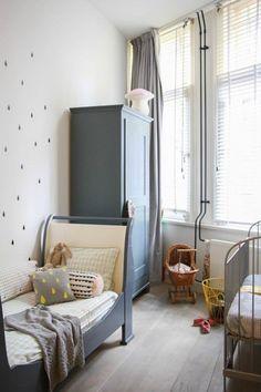 落ち着いたブルーグレーのカーテン。北欧風のかわいらしい雑貨と家具を引き立てています。