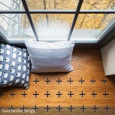 Tolle Sitzecke am Fenster. Die Schlitze für die Luftzirkulation der Heizung sind Designelement! <3 #wood #window #seat #pillows