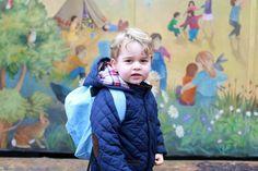 ジョージ王子、水色のリュックで初めての保育園 キャサリン妃が記念撮影