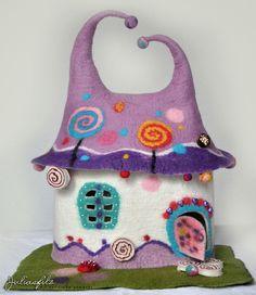 Das ist eine Lampe die im Nassfilzverfahren umfilzt wurde, und als Zauberhaftes Märchen-Lolli-Haus gemacht. Das ist ein ideales Geschenk und ungewö...