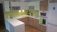 Fotoklaas köögi tagaseinale rohelise taustaga.