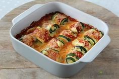 Oven dish with zucchini pasta rolls - This is a delicious oven dish with stuffed zucchini rolls, cheese and tomato sauce. Quick Healthy Meals, Healthy Low Carb Recipes, Healthy Crockpot Recipes, Veg Recipes, Vegetarian Recipes, Easy Meals, Cooking Recipes, Good Food, Yummy Food