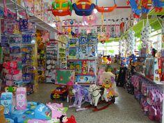 Hay muchos juegos diferentes. Los niños disfrutarán de los juguetes.