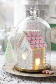 Pitsinen piparkakkutalo on helppo tehdä. Eitarvitse sotkea käsiä kuumaan sokeriliimaan ja myös lapset voivat osallistua tämän koristeluun. Talo säilyy vuodesta toiseen ja toimmiikauniina tunnelmavalona.Sisälle voi laittaa paristoilla toimivan valosarjan tai tuikun. Ohjeet löydät myös uusimmasta Kodin Kuvalehdestä(KK21).