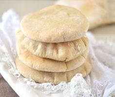Zelfgemaakte pitabroodjes ✓ makkelijk om te maken ✓ maar 4 ingrediënten nodig ✓ snel klaar ✓ waanzinnig lekker pita brood ✓ ideeën om ze te vullen
