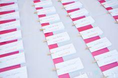 Tischplan und gleichzeitig Namenskärtchen für die Gäste  Clothes pinned escort cards on pink ribbon