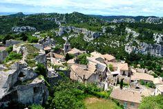 #France #Provence . Les Baux-de-Provence, Bouches du Rhône. Ils sont un des plus beaux villages de France. La commune est centrée autour d'un éperon rocheux, adossée à la chaîne des Alpilles.  http://vp.etr.im/a0d4
