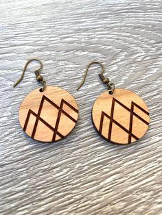 Wooden Earrings, Wooden Jewelry, Diy Earrings, Leather Earrings, Leather Jewelry, Wire Jewelry, Jewelry Crafts, Jewelery, Wood Burning Crafts