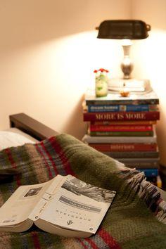 Onde pilhas de livros viram cabeceira,