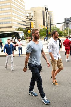 Sergio Ramos y Xavi Alonso Xavi Alonso, Stylish Men, Men Casual, Football Fashion, Look Man, T Shirt Designs, Men Style Tips, Dapper, Style Guides