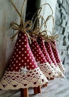 Los juguetes textiles para el árbol de Navidad. Losik Navidad y ciervos.