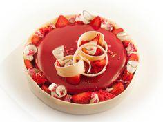fantastik :dacquoise coco, confit de fraise, mousse fraise, biscuit éponge