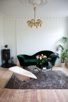 Vi har en ny stol! En Diamond chair med ulltrekk designet av Harry Bertoia. Den står fint til både sofaen og bordet, med kombinasjonen av metallunderstellet og den organiske formen. Og så er den skikkelig god å sitte i. Lars kjøpte den på Lauritz, så den måtte fraktes hit fra København. Anbefales ikke egentlig. Ukas …