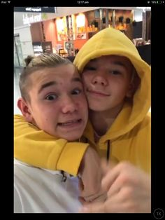 Why everybody has to have this yellow hoodie and i can't find it anywhere 😭😭 M Photos, Cute Photos, Love Twins, Dream Boyfriend, Normal Person, Yellow Hoodie, I Want Him, Twin Brothers, My Crush