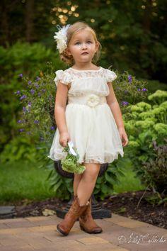 Monísimo este vestido de dama de honor para una niña.  La combinación con las botas camperas le da ese toque campestre y desenfadado que aún realza más la belleza del estilismo.