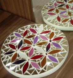 Mandala em Vidro e espelho, trabalhada sobre MDF 9mm. Obs.: Produto para utilização interna. Não expor ao calor e à umidade. R$ 29,90