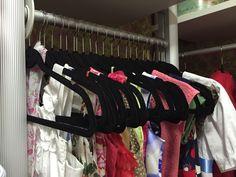 Cabides de veludo otimizam o espaço e evitam que as roupas mais delicadas escorreguem!