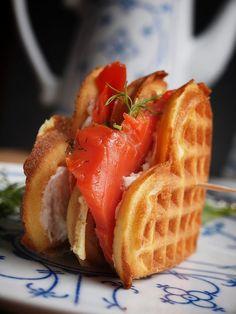 Buttermilch Waffeln als Doppeldecker Frischkäse-Lachs-Waffel-Sandwich